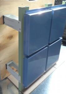 Вертикальная система на С-образном профиле с облицовкой из металлокассет открытого типа крепления
